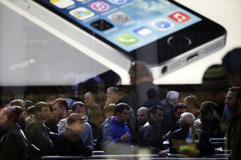Apple's IPhone Crowds Signal Record Debut for Flagship Product