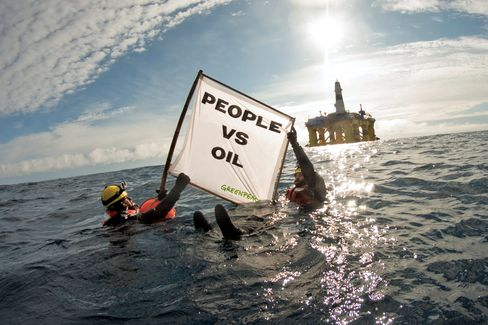 Protesters near the Polar Pioneer.