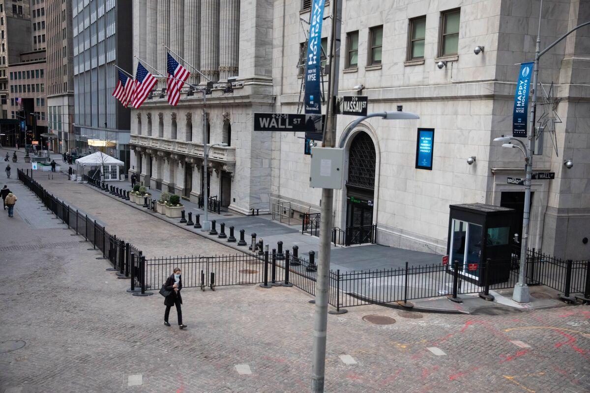U.S. Index Futures Slide Amid China Squeeze, Retail Volatility