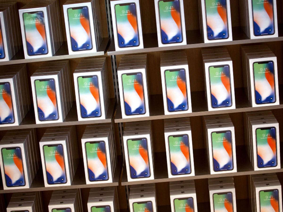 Gedicht Nieuwe Badkamer : Apple to expand iphone x design with new colors big screens bloomberg