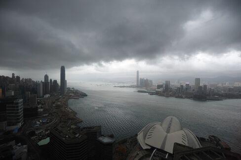 Hong Kong Closes Stock Market, Hoists Gale Signal on Typhoon