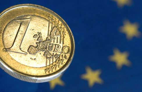 Euro Declines as Italy Prepares to Sell Debt