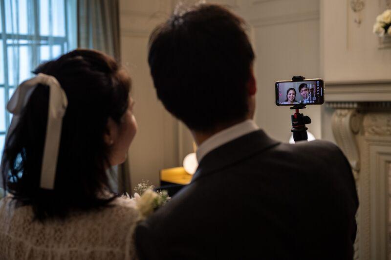 """夫妻可以说""""我愿意""""  在社交距离较远的婚礼上"""