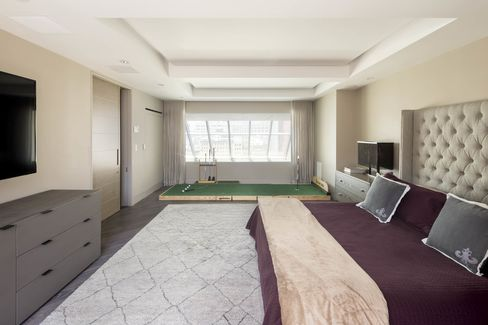 A bedroom at Deron William's Manhattan condo comes with a putting station.