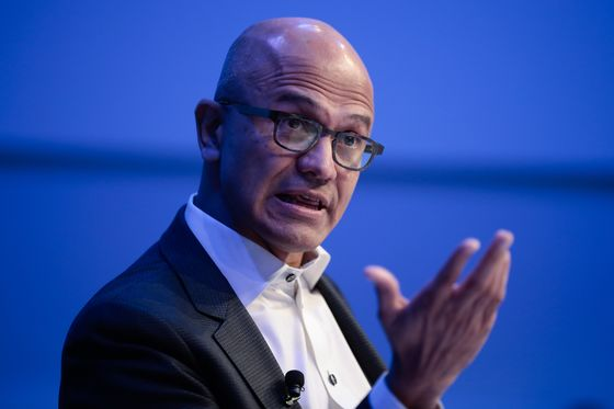 Tech CEOs in Davos Dodge Issues by Warning Audiences About AI