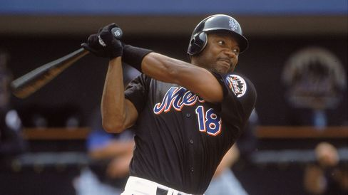 Darryl Hamilton #18 of the New York Mets during a spring training game against the St. Louis Cardinals in this March 15, 2001 file photo in Port Lucie, Florida.