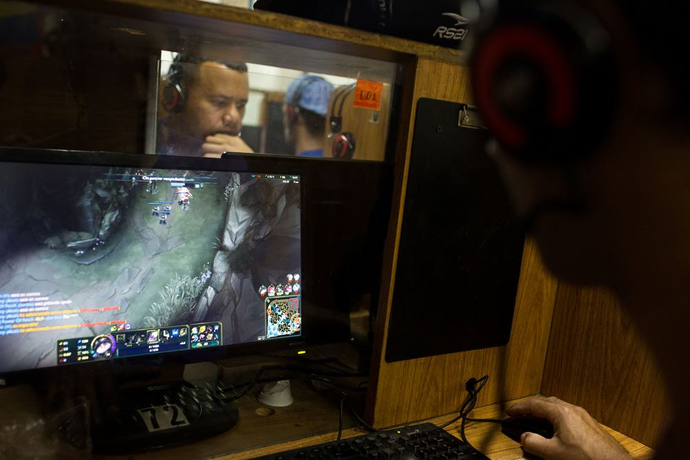Desperate Venezuelans Turn to Video Games to Survive - Bloomberg