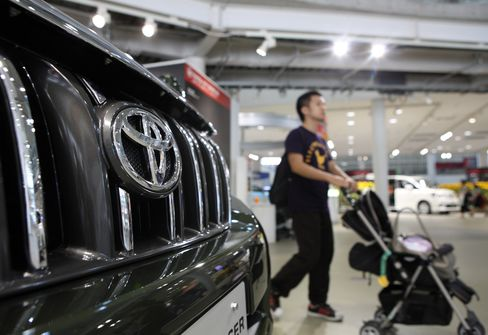 Toyota Shares Fall to 17-Month Low as Yen Nears 15-Year High