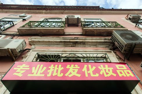 A Chinese Sign Sits on a Property in Lisbon
