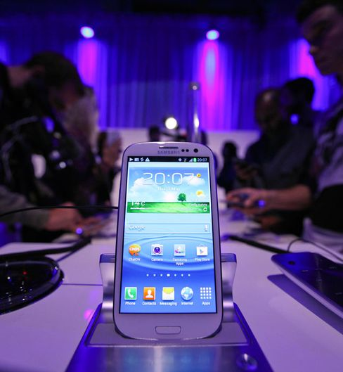 Apple, Samsung Take Fight for Phone Dominations to Courtrooms
