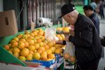 An man shops for produce in San Francisco, Calif. onJune 19, 2018.