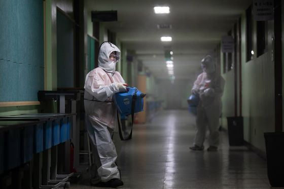 U.S. Poised for Vaccine, Outbreak Set to Worsen: Virus Update