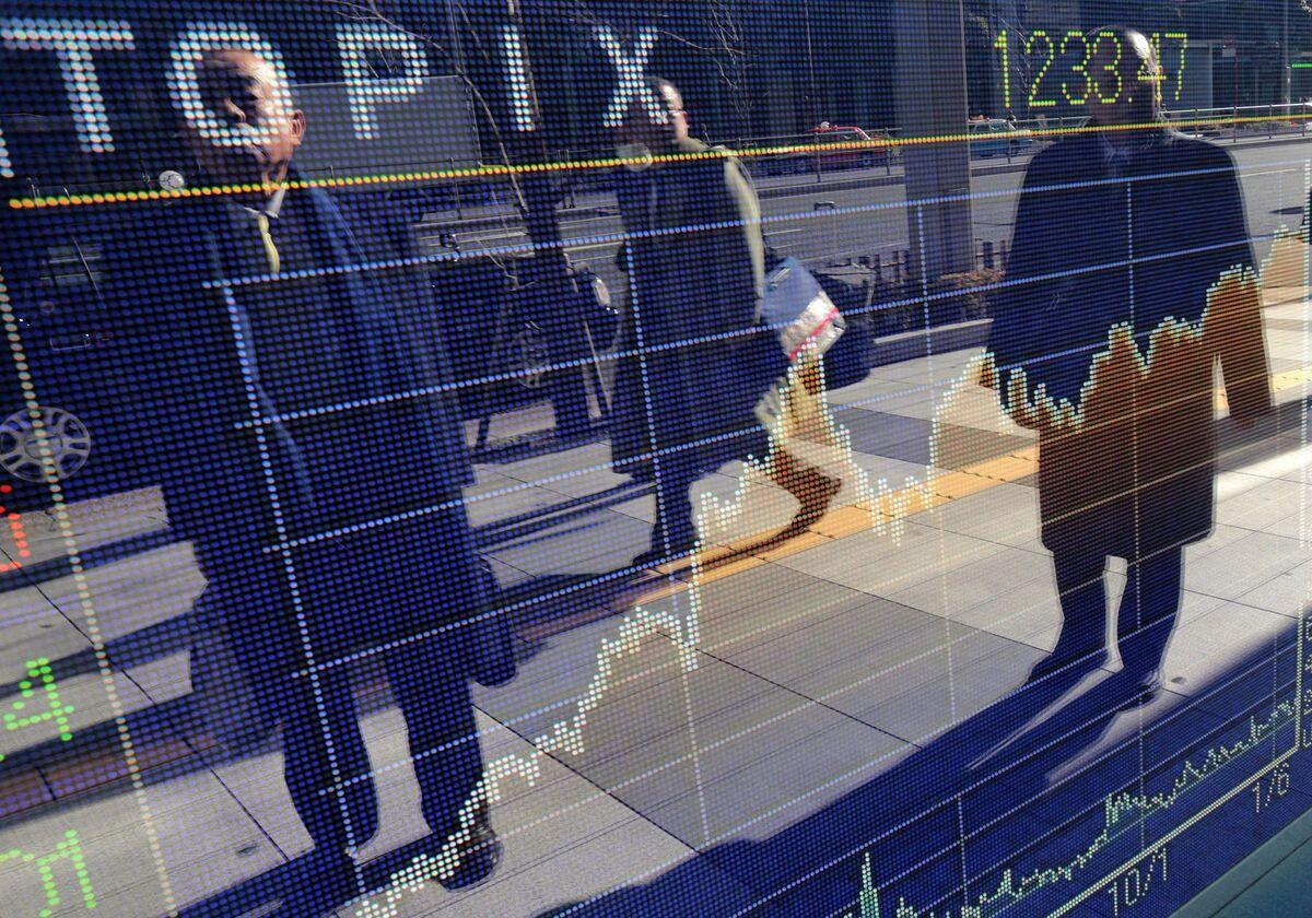 Динамика глобальных акций смешанная на низких объемах торгов; доллар устойчив
