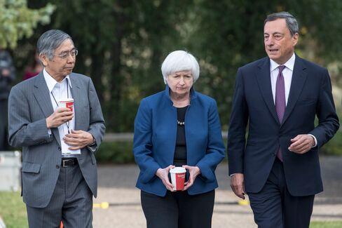 黒田総裁(左、米ワイオミング州ジャクソンホール、25日)、FRBイエレン議長(中)、ECBドラギ総裁(右)