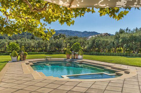 カリフォルニア州セントヘレナにある6寝室の邸宅(販売価格1500万ドル)。敷地内にはプールのほか、ナパバレーらしくブドウ園もある