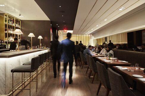 Ο χώρος του μπαρ στο Indian Accent, με την τραπεζαρία στο πίσω μέρος.
