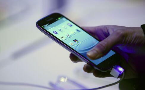Samsung's New Galaxy S Smartphone Raises Heat on Apple's IPhone