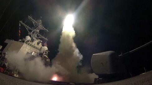トマホークを発射する米ミサイル駆逐艦「ポーター」(7日、地中海上で)
