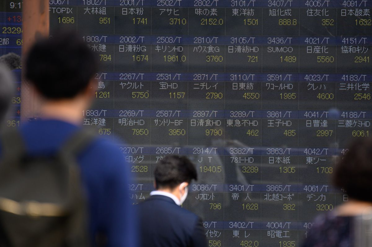 Stocks Climb to Record Amid Stimulus Discussions: Markets Wrap