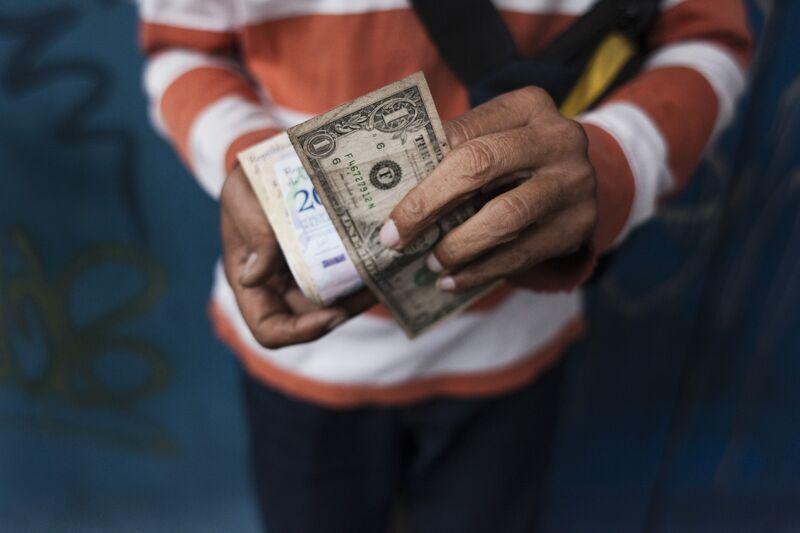 El dólar estadounidense una vez prohibido está de repente en todas partes en Venezuela