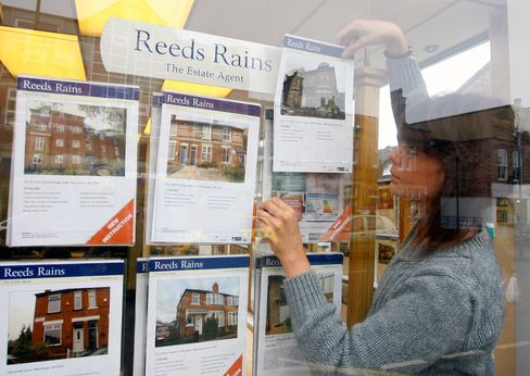 U.K. Home Prices Decline as Outlook Worsens