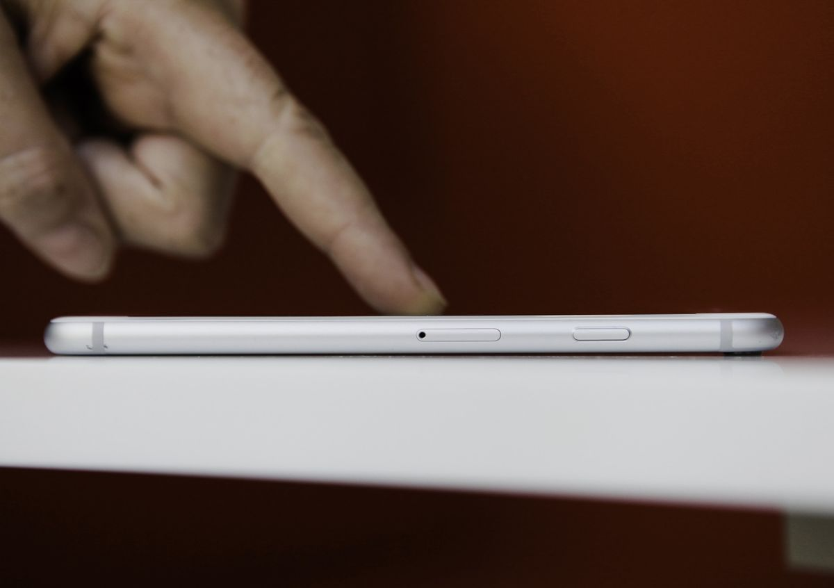Apple Is Said to Work on Touchless Control, Curved IPhone Screen