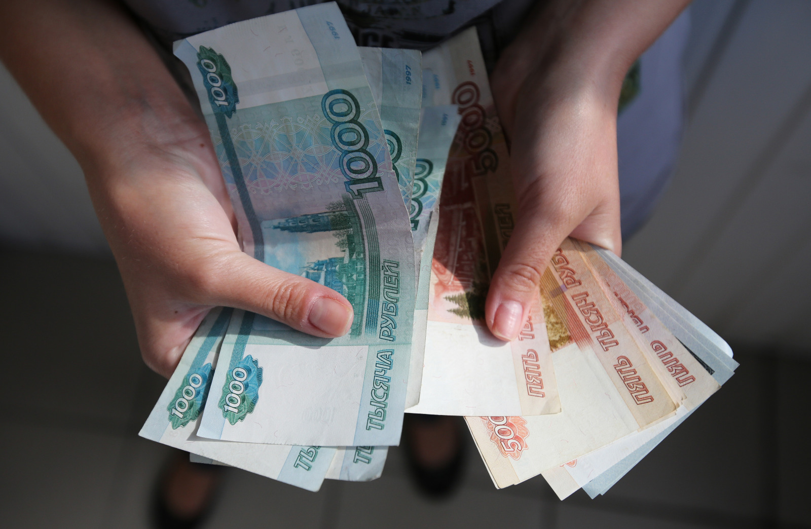 Ruble Weakens As Morgan Stanley Forecasts Recession