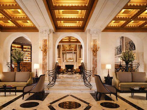全館改装したホテル・エデンのロビー。イタリア職人芸の集大成が施されている