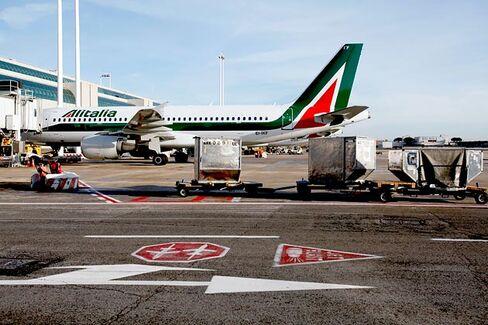 Alitalia Flies on Fumes Into Familiar Financial Turbulence
