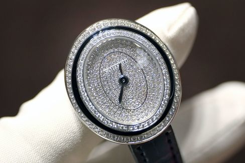 As you turn the watch, the case shape of the Cartier Hypnose appears to change.