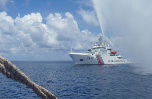 A Chinese Coast Guard vessel confronts a Philippine fishing boat off Scarborough Shoal in September 2015.
