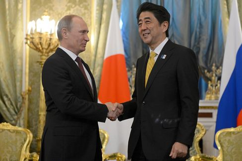 Abe Uses First Russian Visit in Decade to Revive Peace Talks