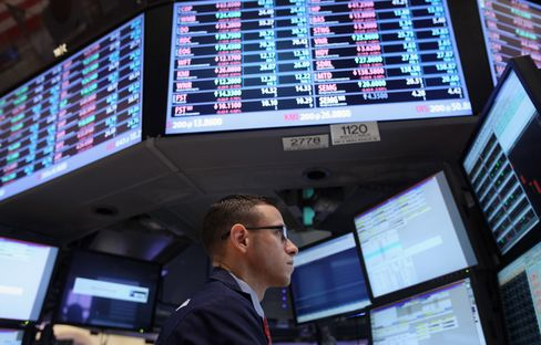 Stocks Fall, on Growth Concern