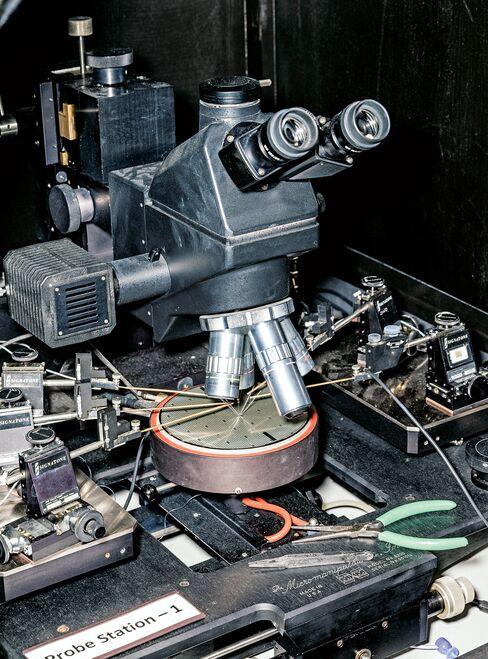 GaN transistors are examined under a microscope.