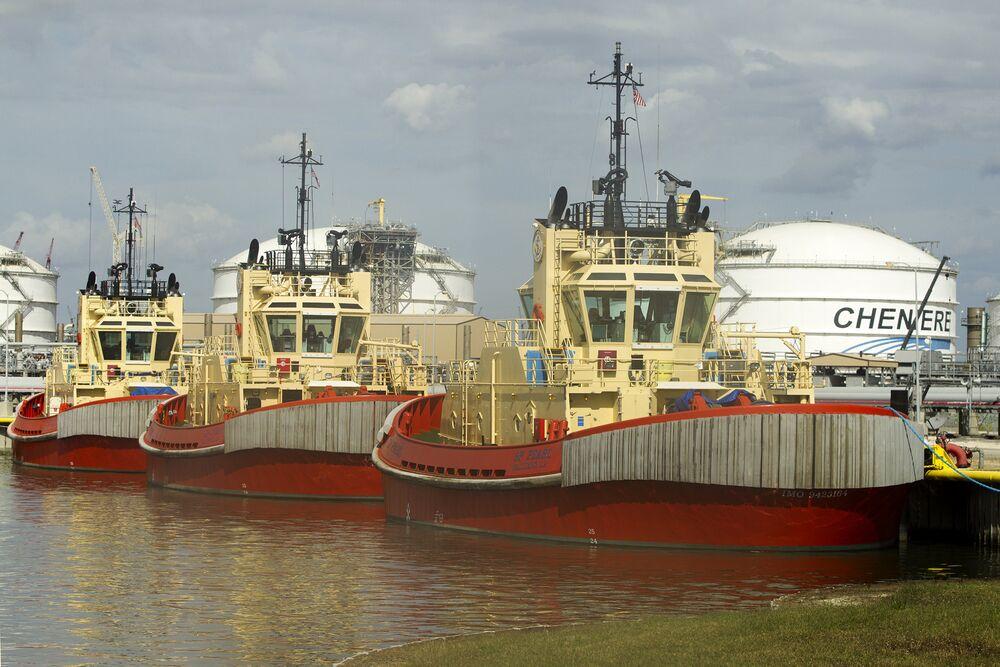 Tugboats Left Useless by U S  Shale Boom Finally Have Job to