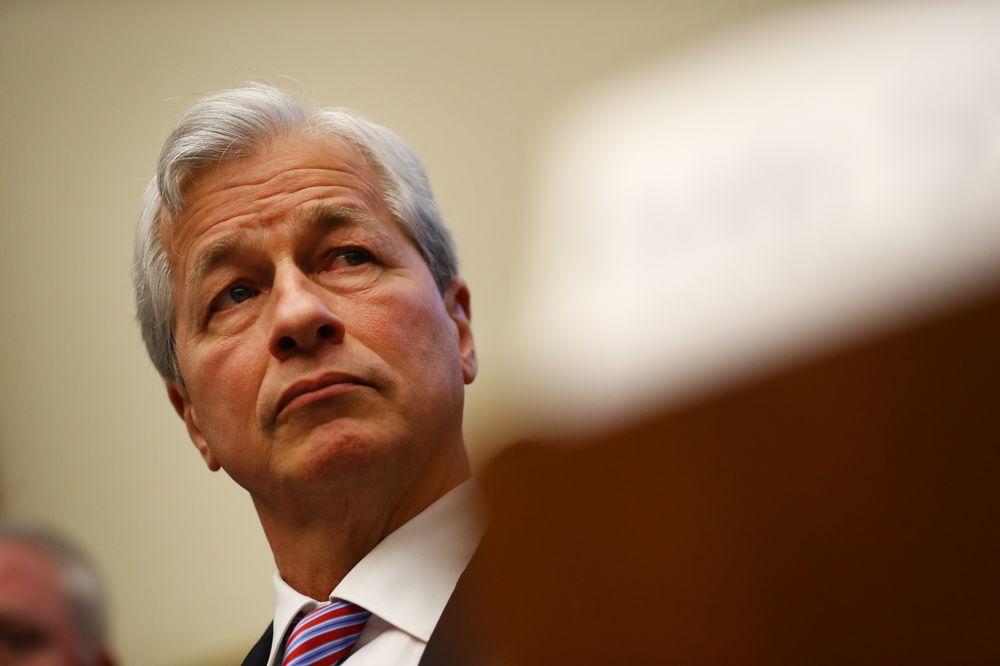 Dimon Defends JPMorgan Minimum Wage, Points to Low Pay
