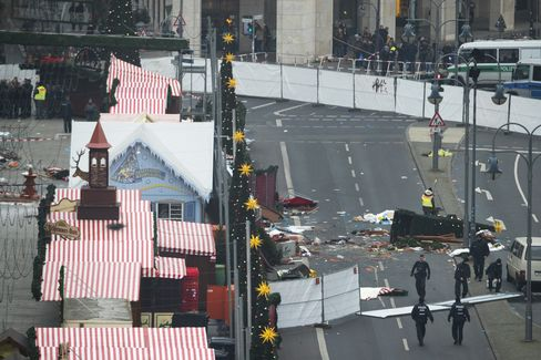 ベルリンのトラック突入現場で捜査する警察官(20日)
