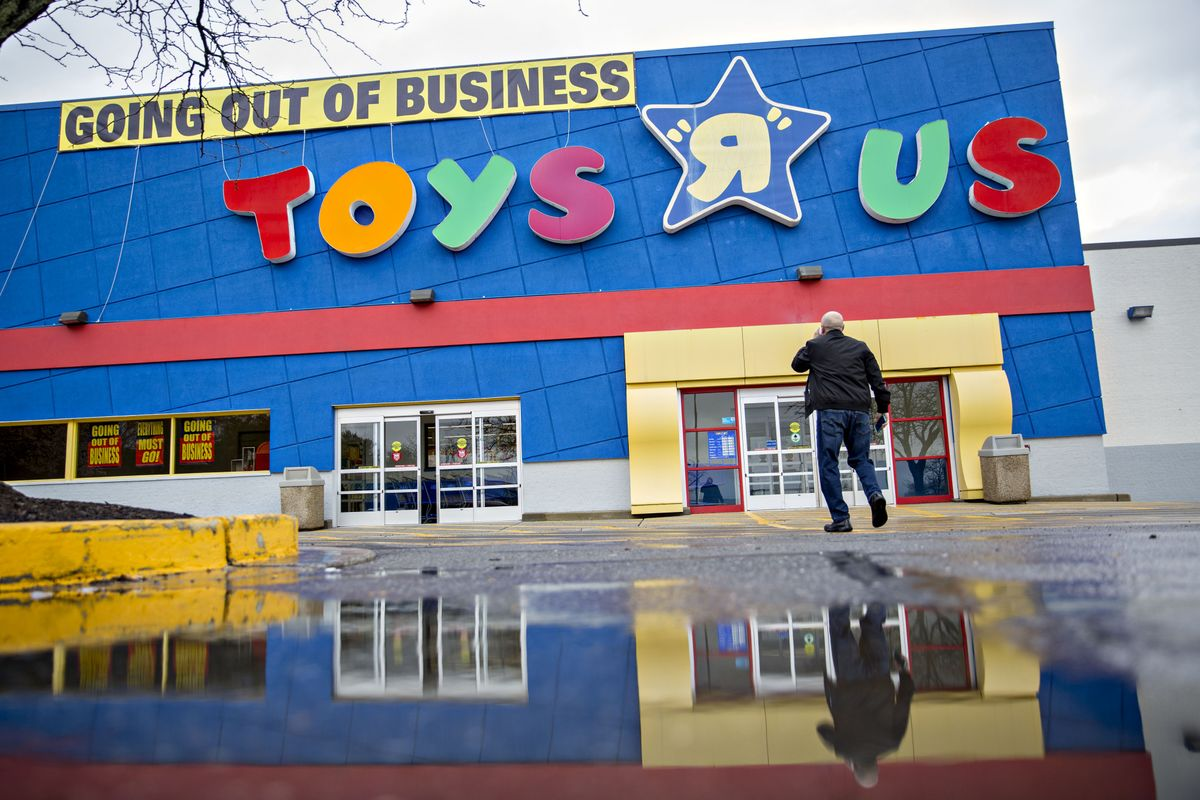 toys r us lenders file plan to revive brand reopen stores bloomberg. Black Bedroom Furniture Sets. Home Design Ideas