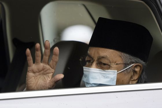 Mahathir Calls for New Body to Replace Government in Virus Fight