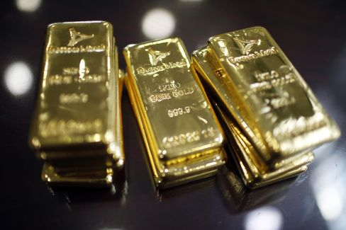 Gold Assets in Fund Paulson Holds Drop to Lowest in Four Years