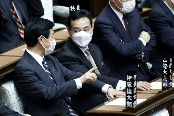Japan Economy MinisterSays Abenomics Fell Short at Spreading Wealth