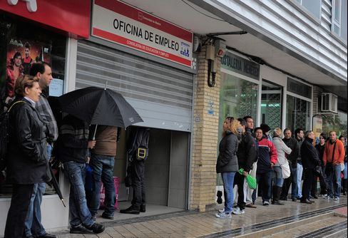 Spain's Registered Unemployment Rises as Economy Contracts