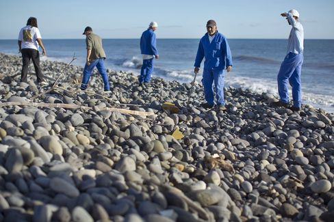 Workers Search for Missing Malaysia Plane on Reunion Island