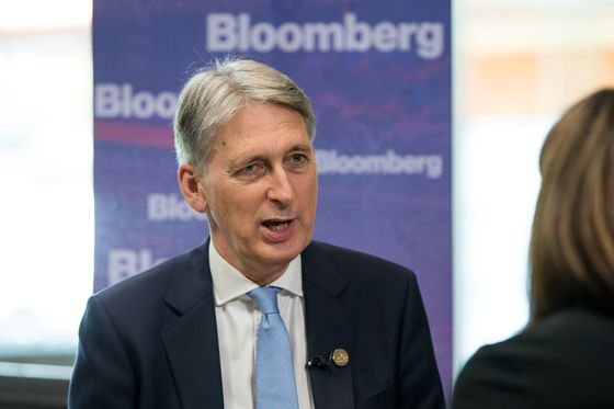 Hammond Promises 'Deal Dividend'in Warning to Brexiteers