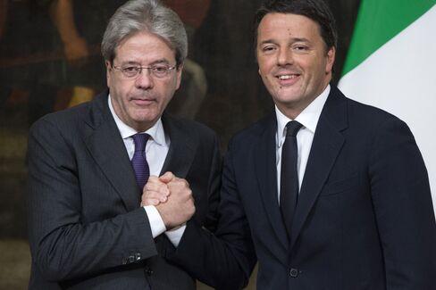 ジェンティローニ首相(左)とレンツィ氏