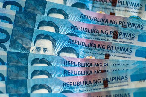 Philippines Peso Gaining as Overseas Workers Top Mexicans: Jobs