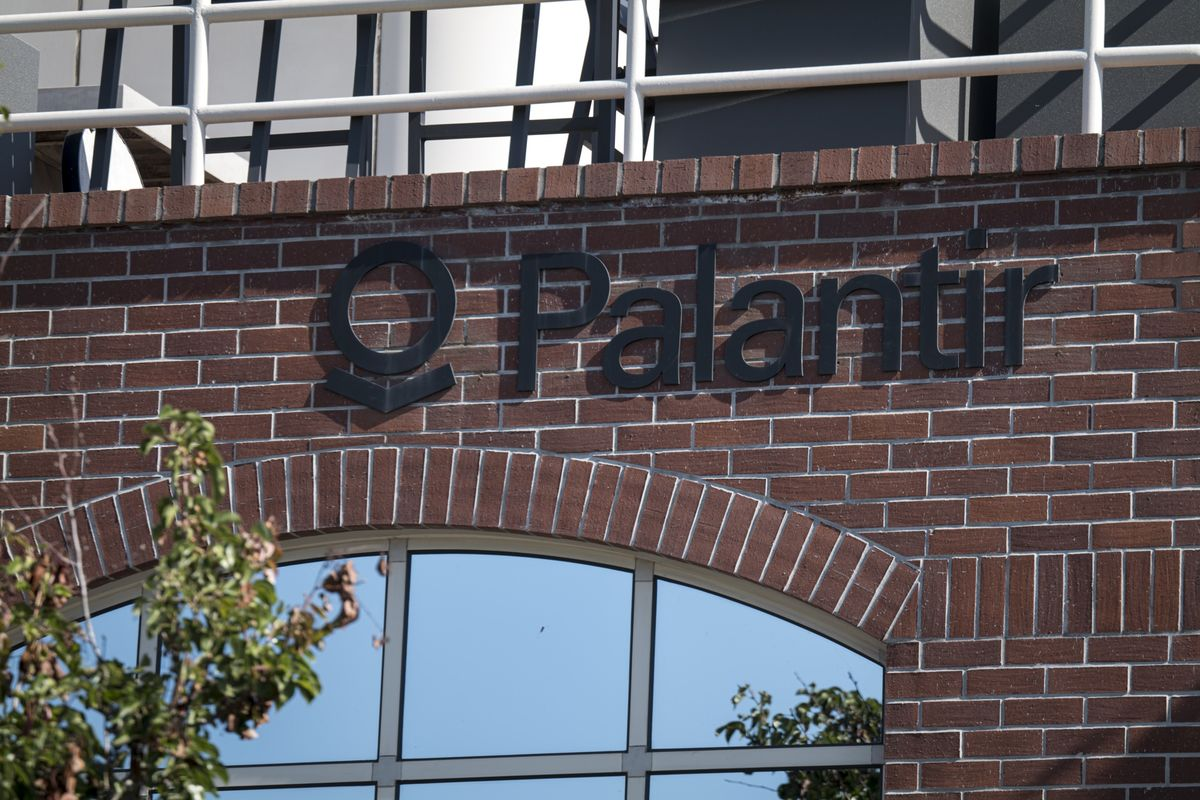 Palantir Tumbles After Loss Is Wider Than Estimates on Pay Costs