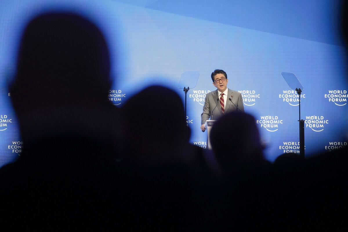 Japan's Abe Presses Davos Crowd to Rebuild Trust in Free Trade