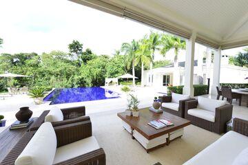 La casa está diseñada para la vida interior / exterior.