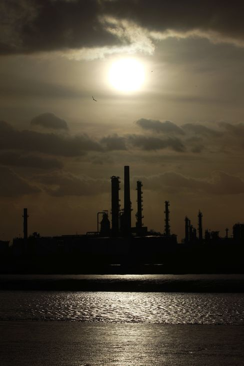 Oil Rises First Time in Four Days